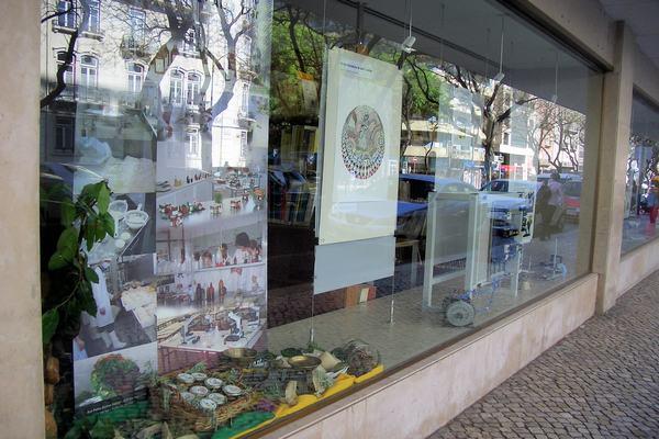 Exposição de trabalhos organizada pela DGESTE nas montras do edifício da Av. ª 5 de Outubro